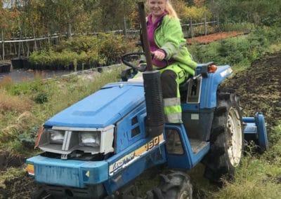 planteskolen-nadia-kjorer-traktor